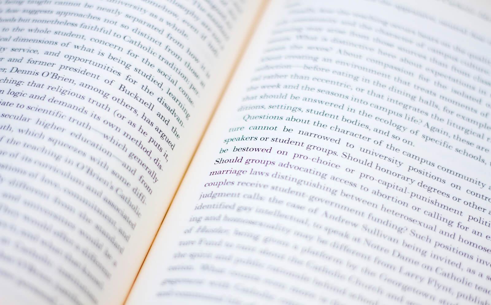 英語の本を開いた画像