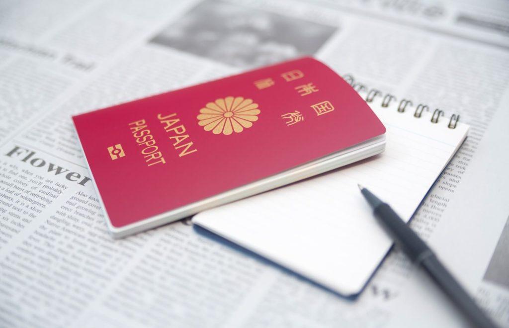 英語の新聞とパスポート
