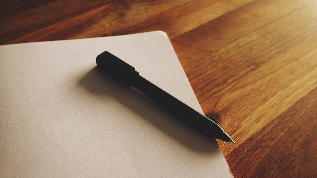 白紙のノートとペン