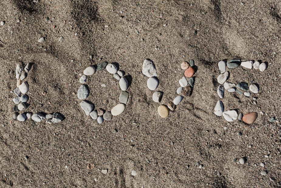 小石で書かれたLOVE