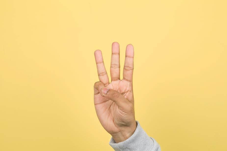 指で3を表した画像