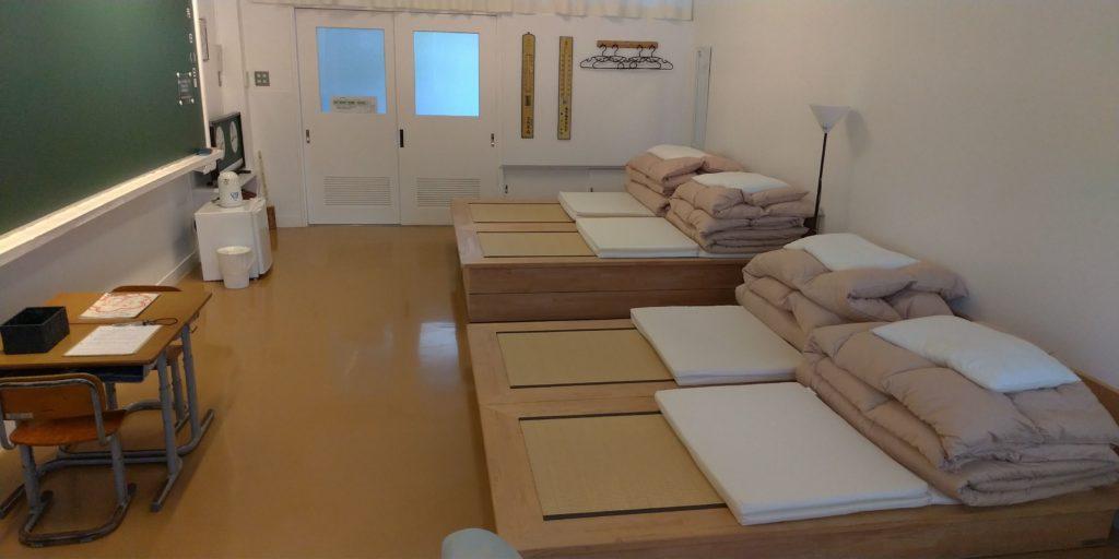 教室を利用した宿泊部屋