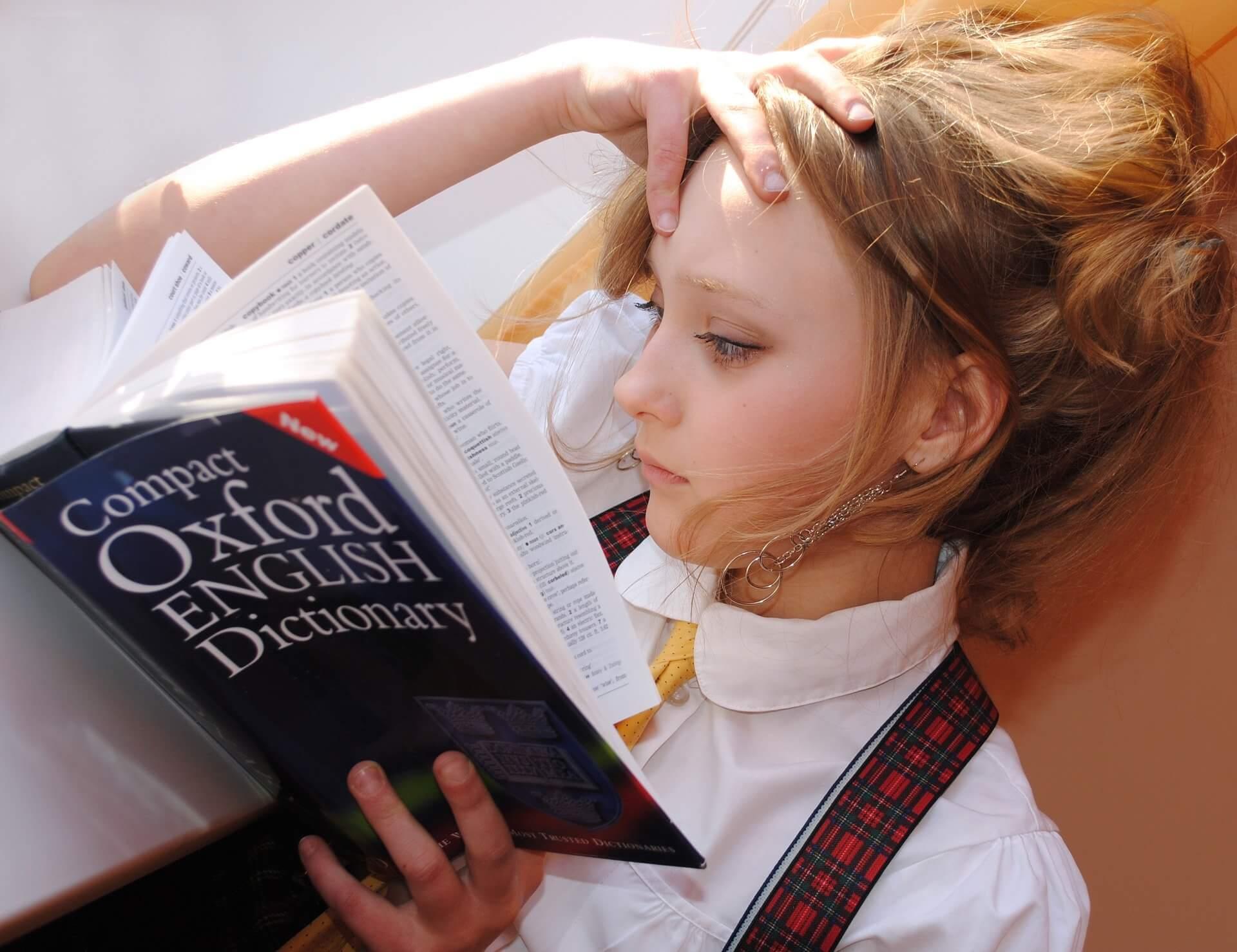 辞書を読んでいる女の子の画像