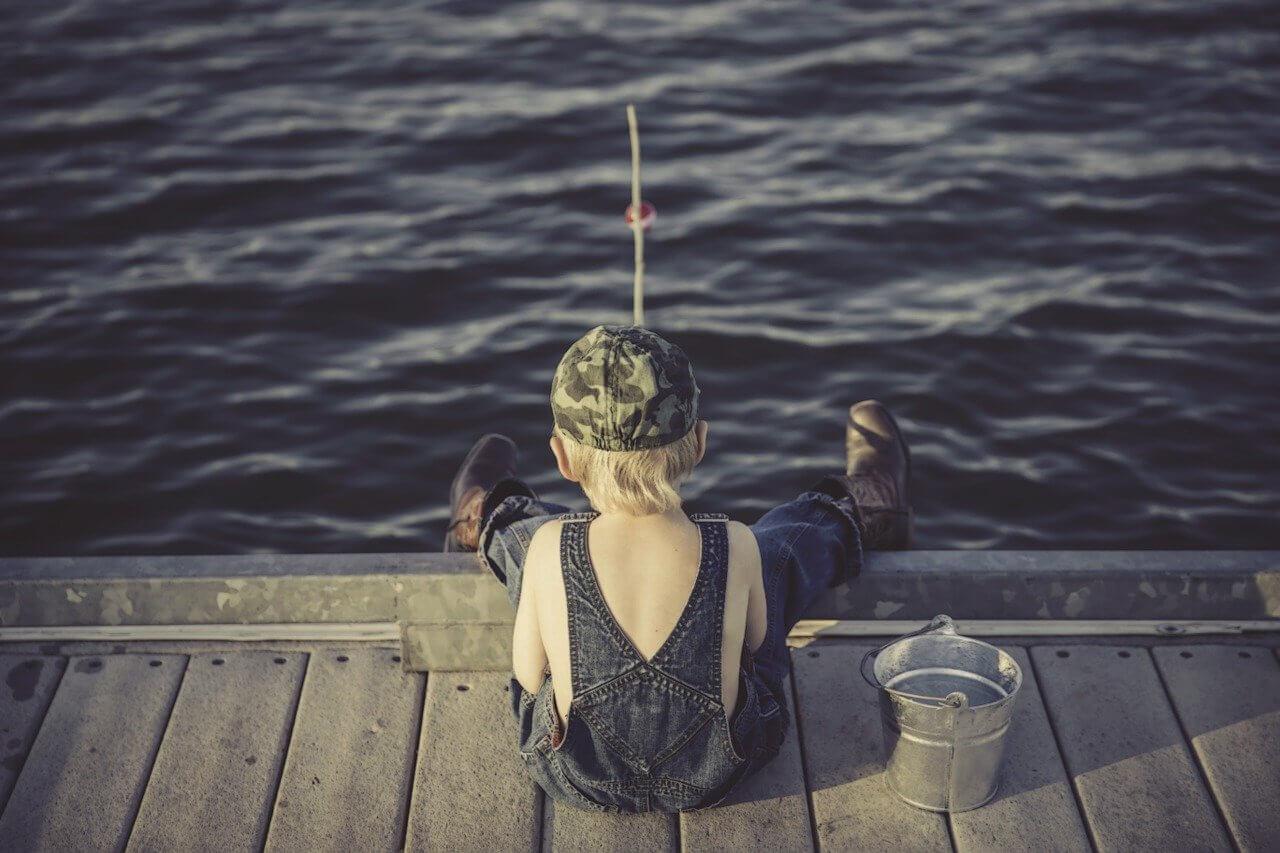 釣りをする少年の画像