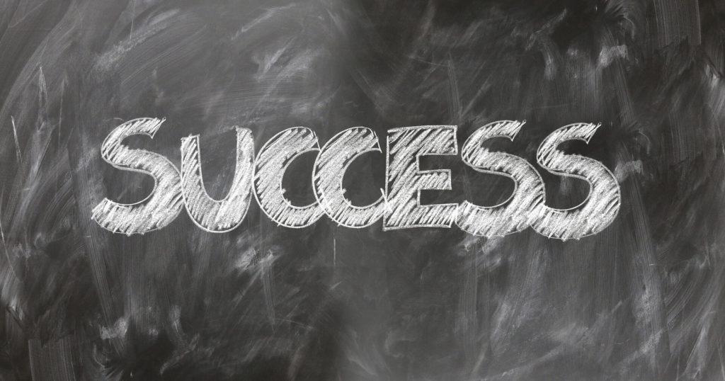 SUCCESSとかかれた黒板画像