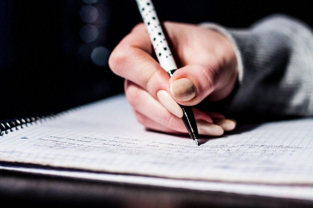 ノートに書きこんでいる画像