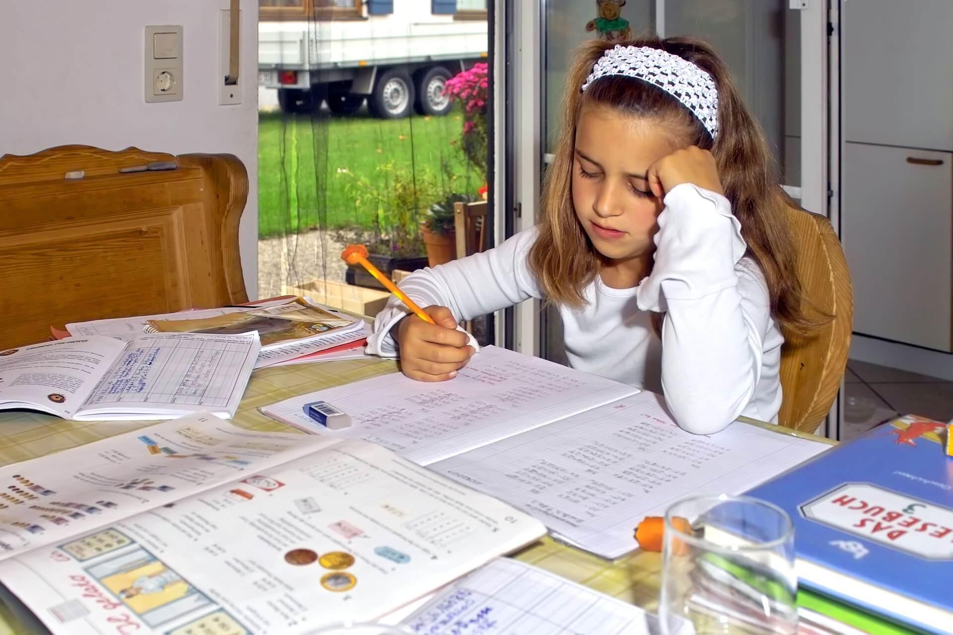 宿題をしている女の子の画像