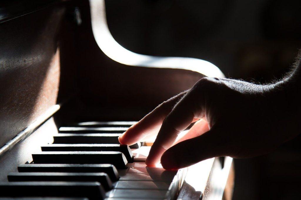 ピアノを弾いている画像