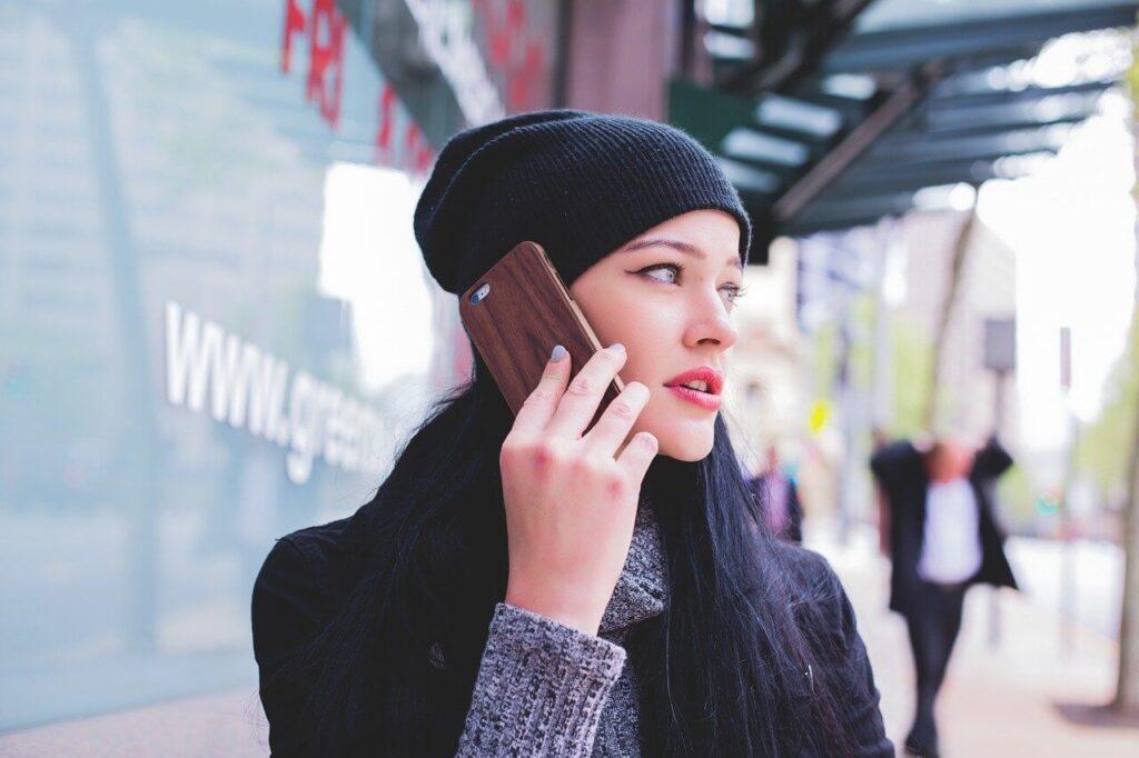 スマホで電話をする人の画像