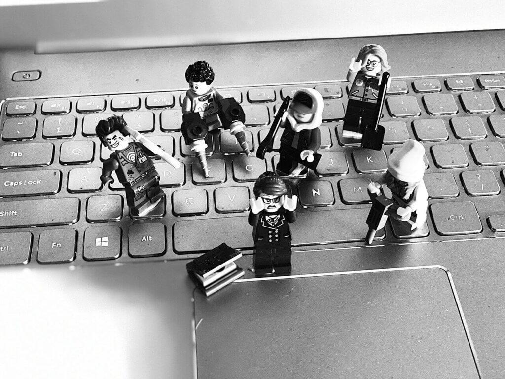 パソコンとレゴの画像