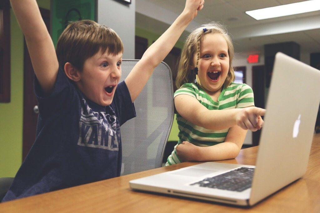 子供とパソコンの画像