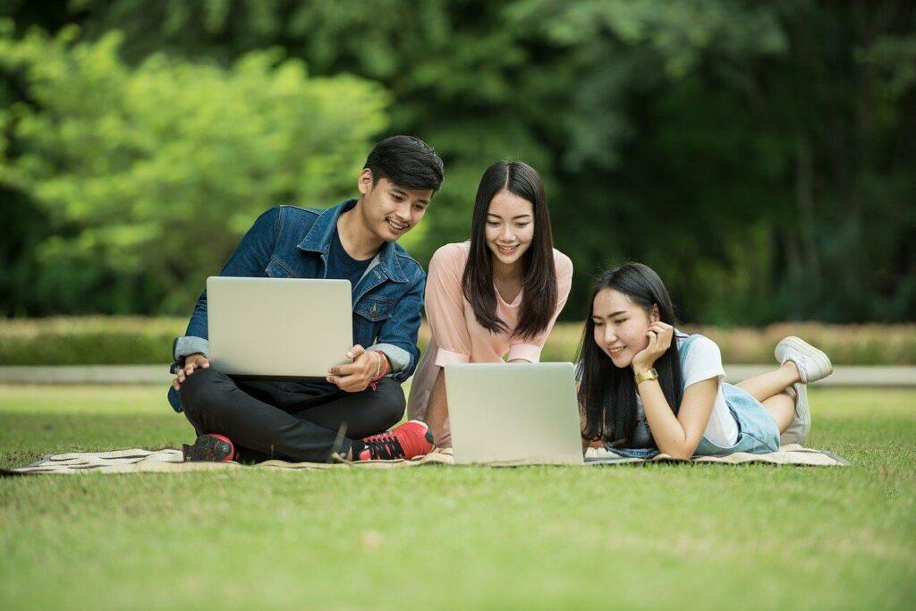 学生とパソコンの画像