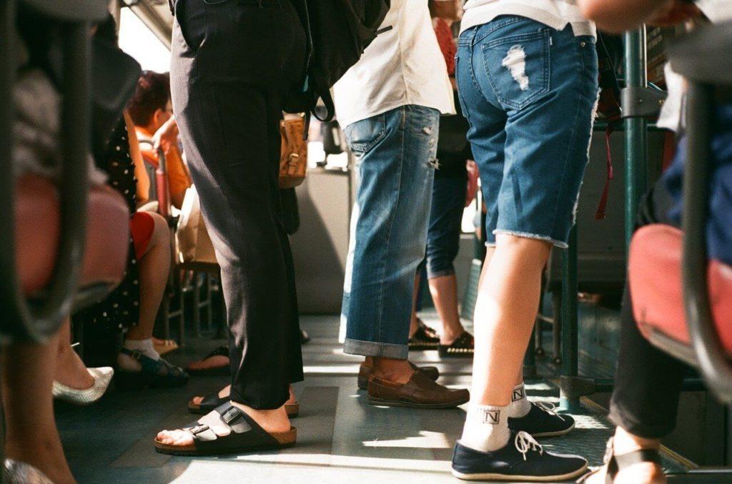 ラッシュアワーの電車内画像