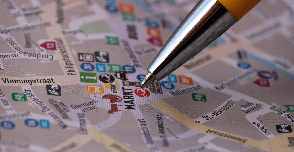 地図に印をつけている画像